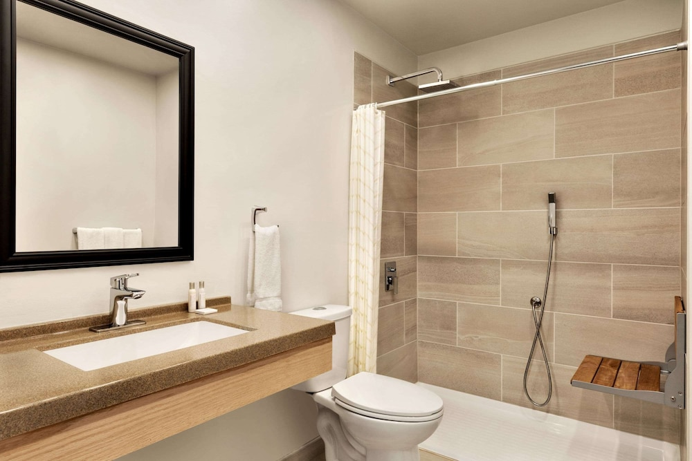 Bathroom, Travelodge by Wyndham Port Elgin