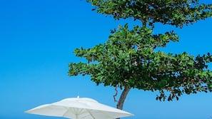 私人海灘、白沙、躺椅、太陽傘