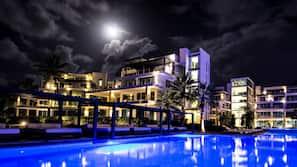 3 outdoor pools, free cabanas, sun loungers