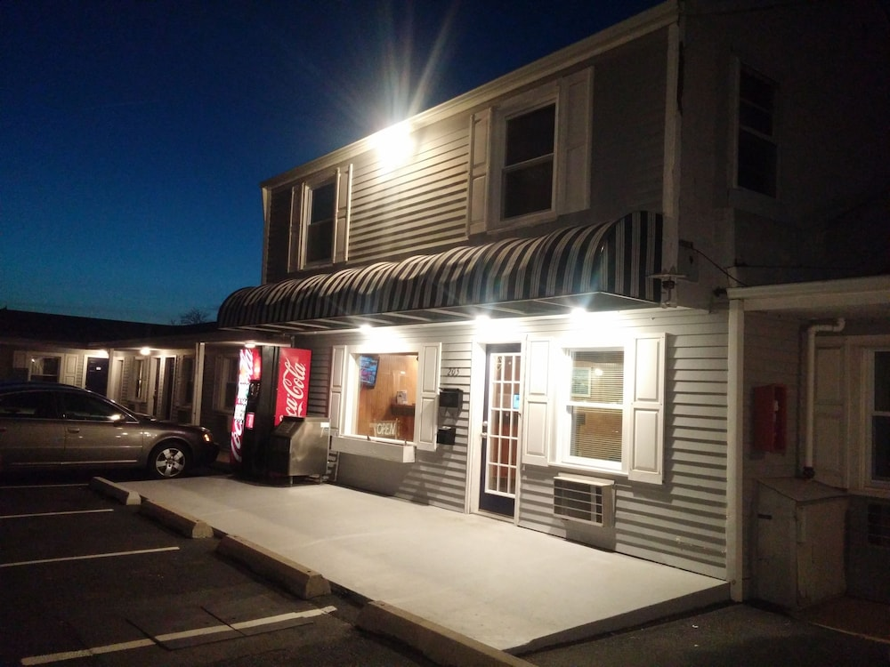 Front of Property - Evening/Night, Shore Point Motel