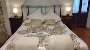 Escritorio, cortinas opacas, tabla de planchar con plancha