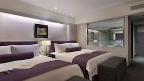高級寢具、房內夾萬、書桌、窗簾