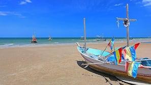 บนชายหาด, เก้าอี้อาบแดด, ร่มชายหาด
