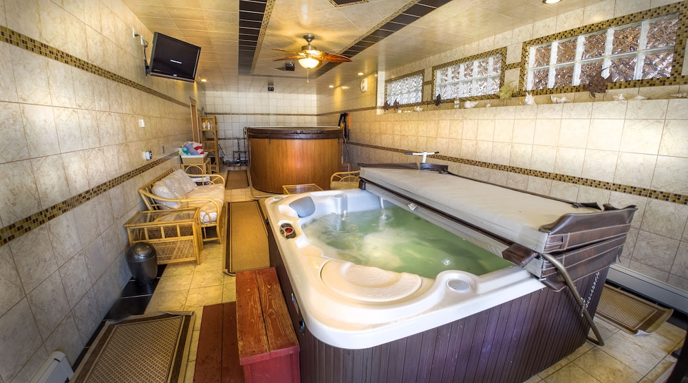 Indoor Spa Tub, Elktrace Bed & Breakfast
