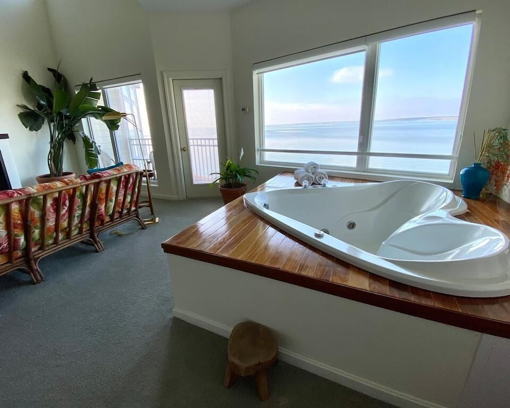Private Spa Tub, The Edge at Fager's Island