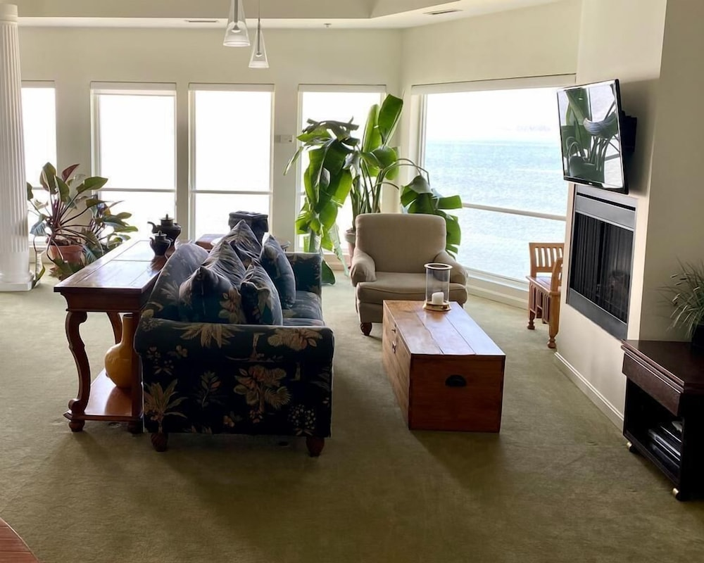 Living Area, The Edge at Fager's Island