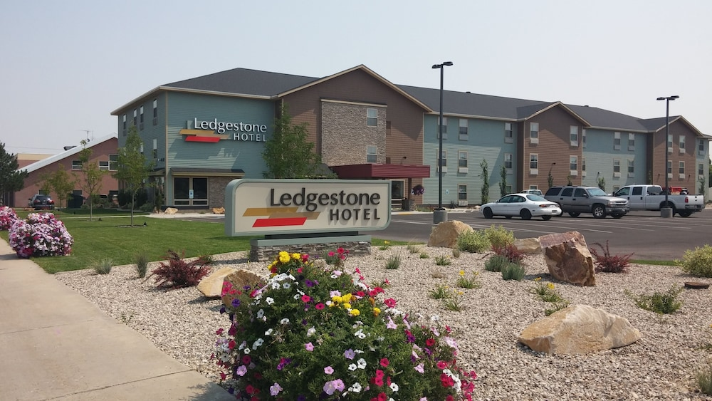 Front of Property, Ledgestone Hotel Vernal