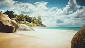 Ubicación a pie de playa, arena blanca y bar en la playa
