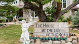 House by the Side of the Road - Beamsville Hotels