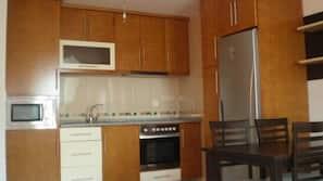 Frigorífico, microondas, placa de cocina y máquina de café espresso