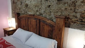 Escritorio, tabla de planchar con plancha, cunas o camas infantiles
