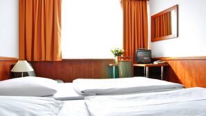 Zimmersafe, Schreibtisch, Verdunkelungsvorhänge, kostenlose Babybetten