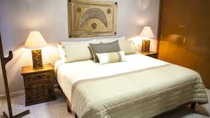 Mobiliario individual, cortinas opacas, tabla de planchar con plancha
