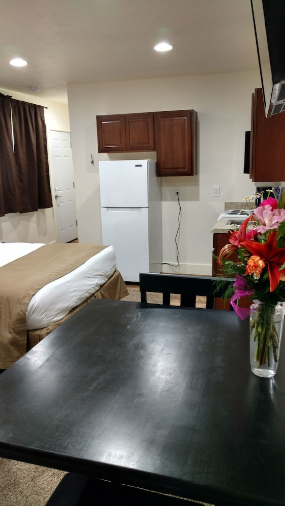 In-Room Dining, Cattlemen Motel
