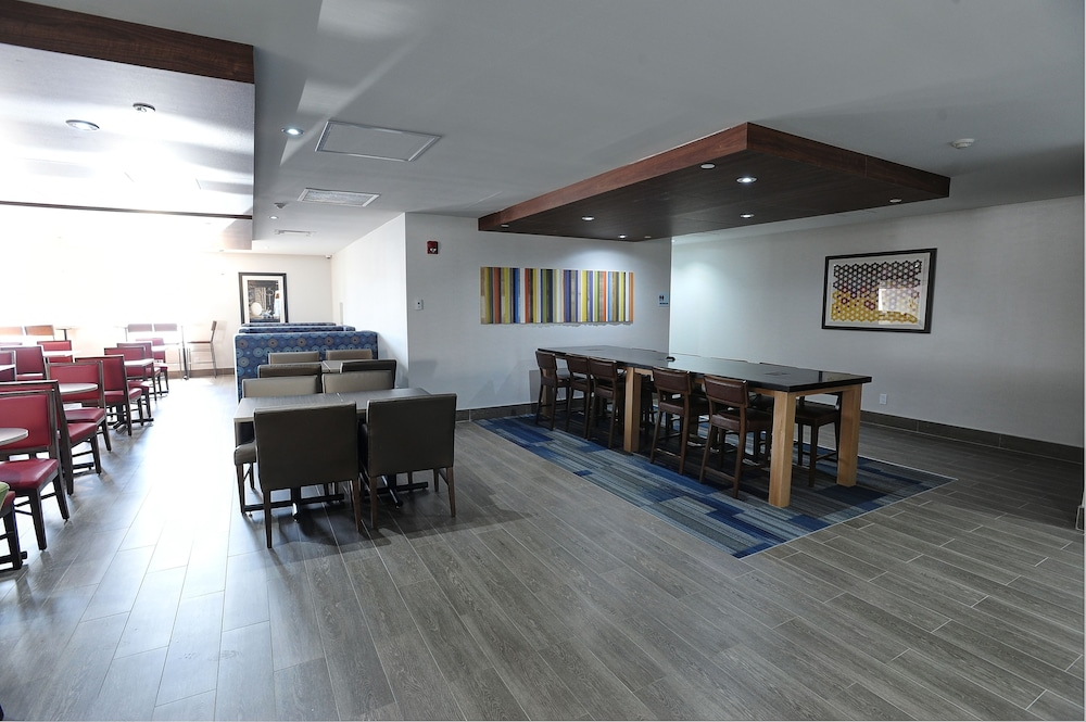 Lobby Lounge, Holiday Inn Express & Suites Toronto Airport West