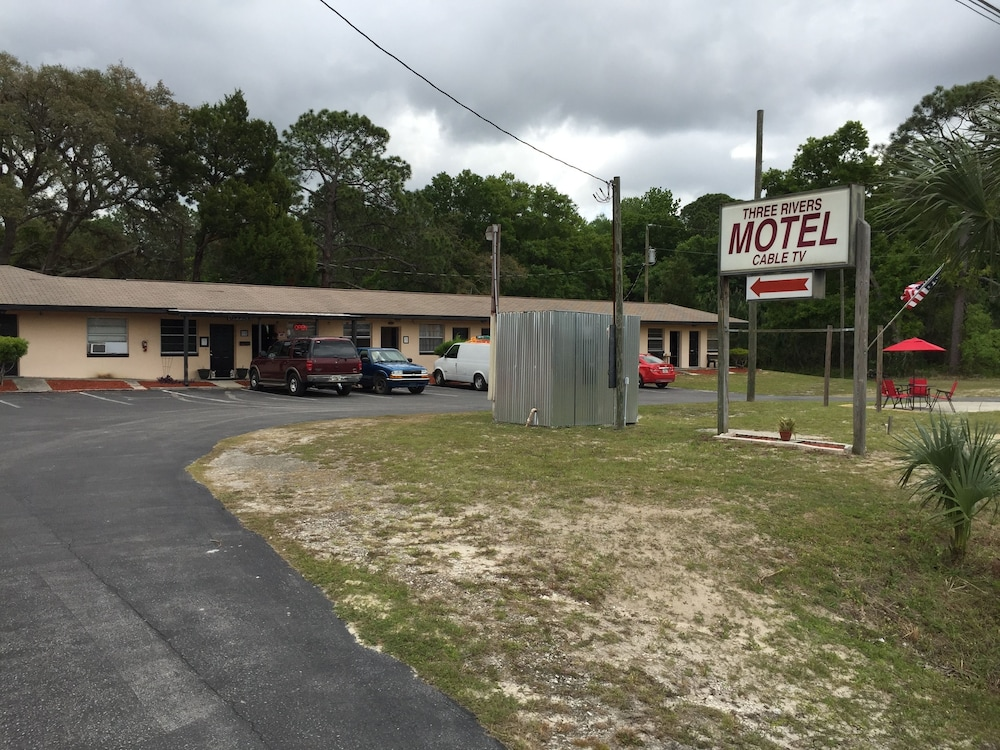Property Grounds, Three Rivers Motel