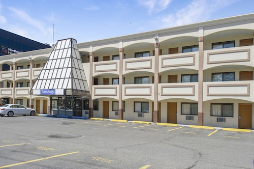 Travelodge by Wyndham Manhasset