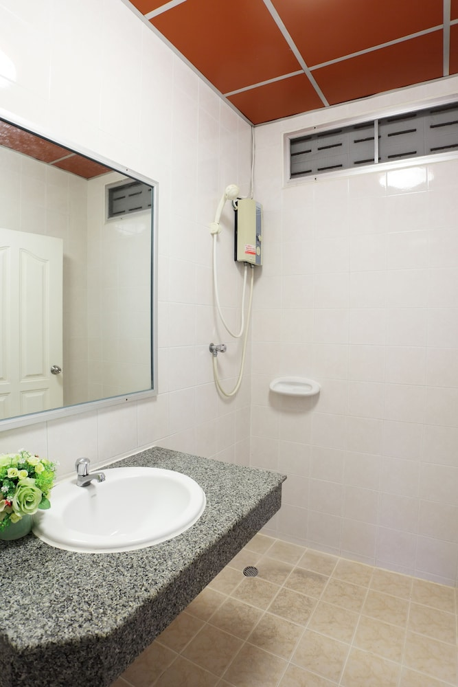 Bathroom, Rambuttri Village Inn & Plaza