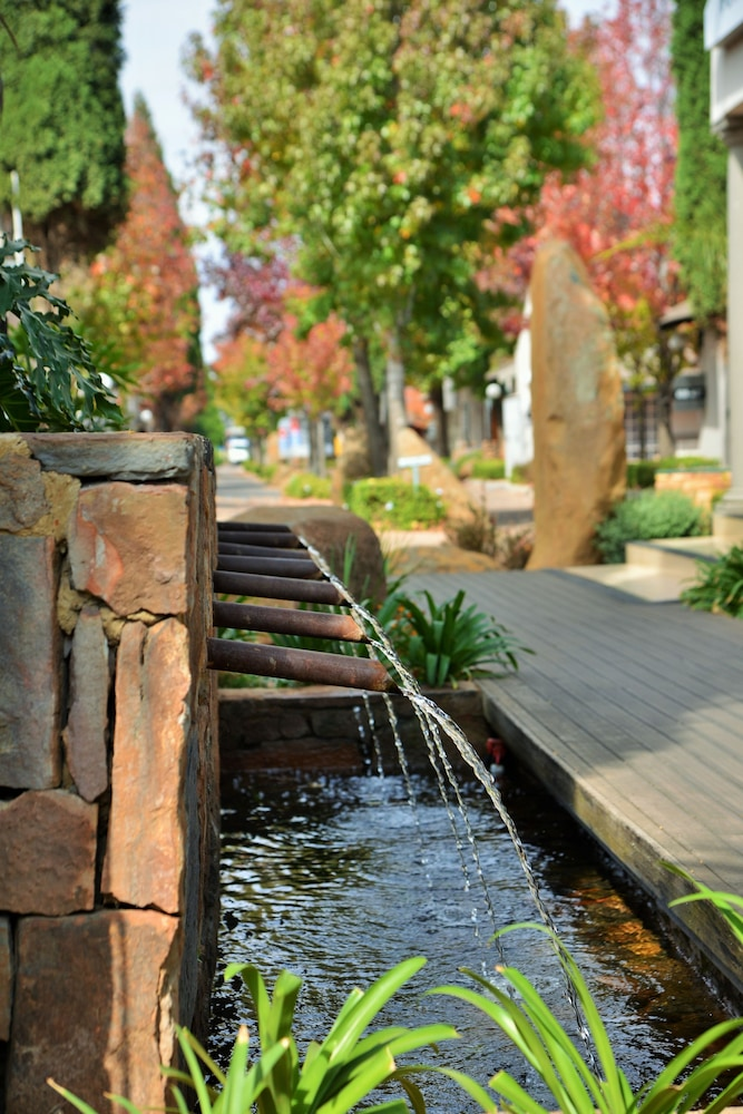 Fountain, Birchwood Hotel and OR Tambo Conference Centre