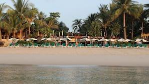 Plage, parasols, serviettes de plage
