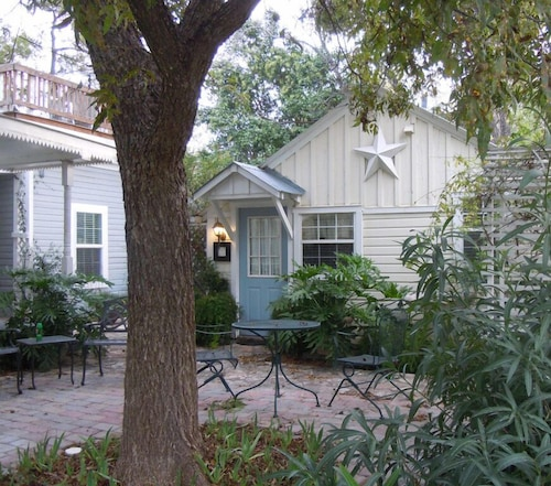 Great Place to stay Carriage House Fredericksburg near Fredericksburg