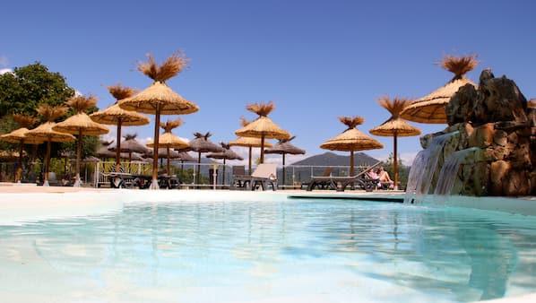 2 buitenzwembaden, ligstoelen bij het zwembad