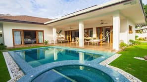 3 piscinas al aire libre (de 6:00 a 10:00), tumbonas