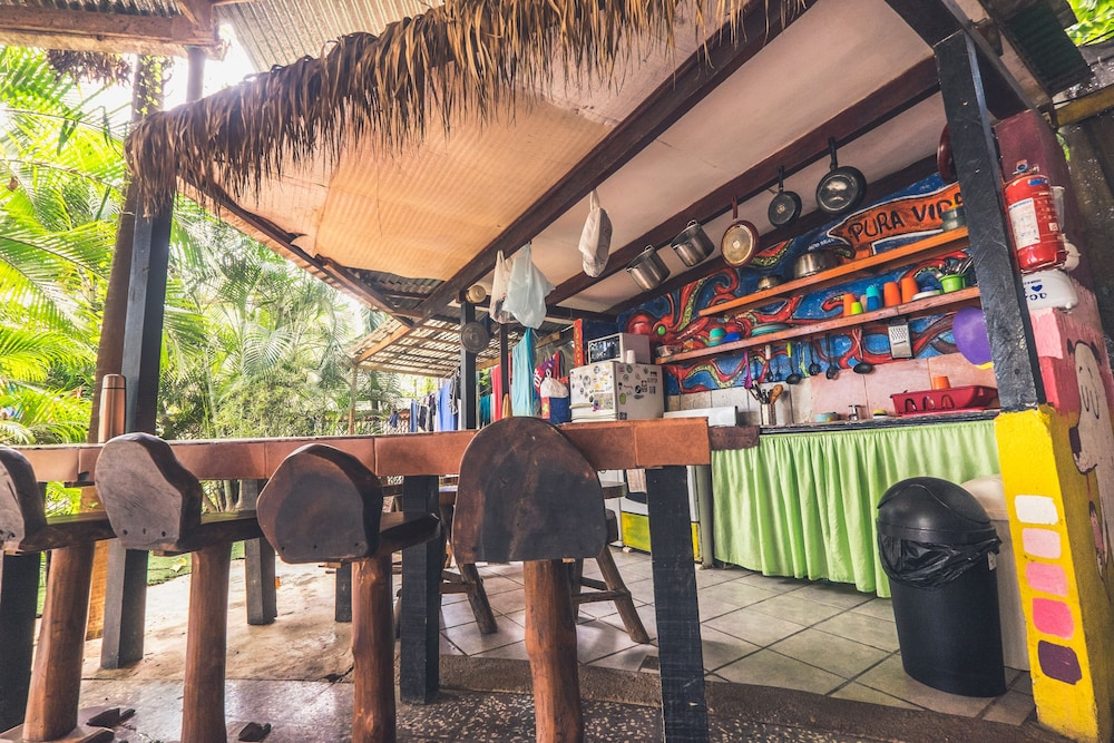 Outdoor Dining, Pura Vida Hostel