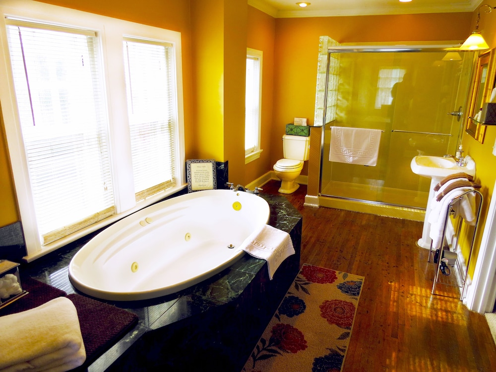 Deep Soaking Bathtub, Inn on Crescent Lake Bed and Breakfast
