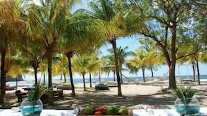 Een privéstrand, wit zand, gratis strandcabana's, parasols