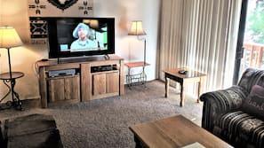 Una televisión, una chimenea, un reproductor de DVD
