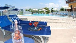 Außenpool, Pool auf dem Dach, Sonnenschirme, Liegestühle