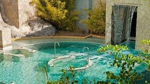 4 piscinas al aire libre, sombrillas