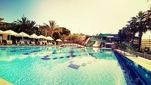 2 binnenzwembaden, 4 buitenzwembaden