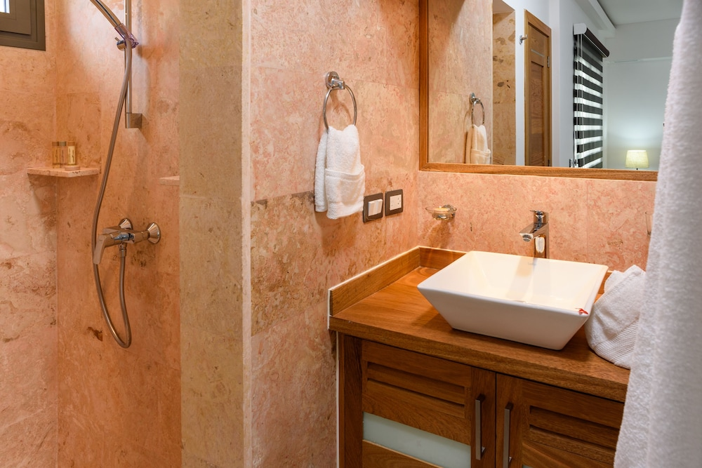 Bathroom, Aligio Aparthotel & Spa