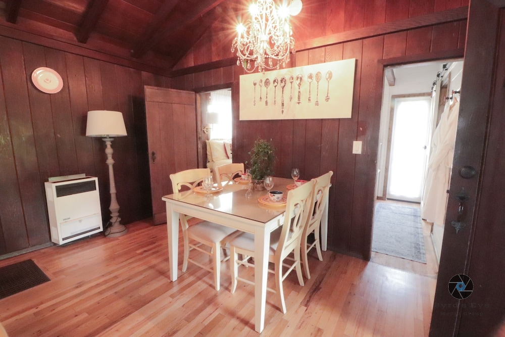 In-Room Dining, Redwood Hollow Cottages