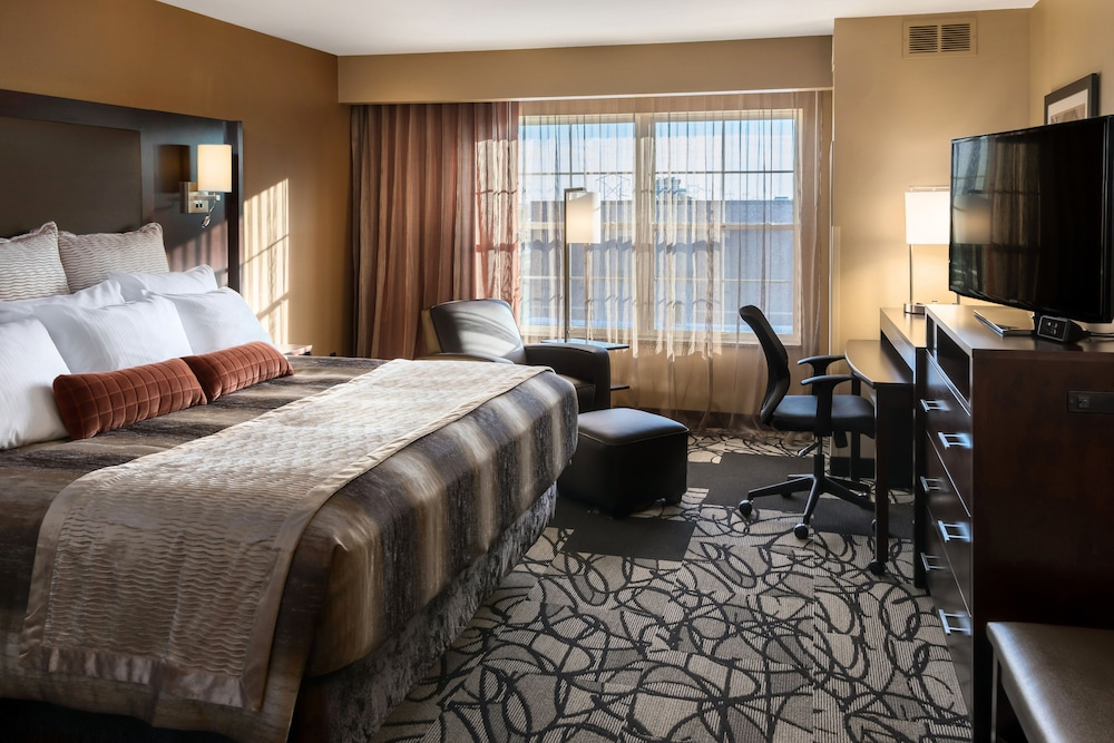 Room, ClubHouse Hotel & Suites - Fargo