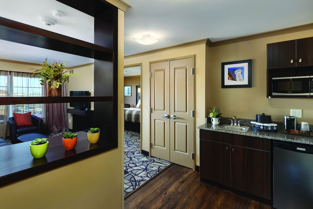 Living Room, ClubHouse Hotel & Suites - Fargo