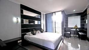 Brankas, meja kerja, dan tempat tidur lipat/ekstra (biaya tambahan)