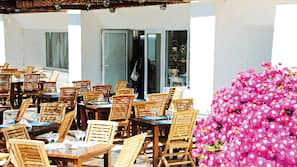 Petit-déjeuner et déjeuner servis sur place, spécialités internationales