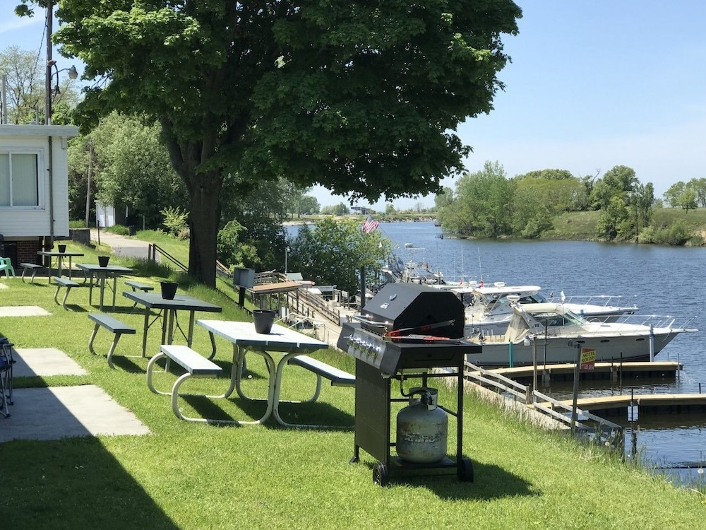 BBQ/Picnic Area, Riverside Motel and Marina Manistee