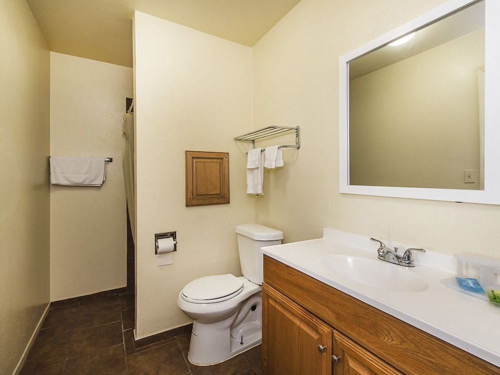 Relax inn in manor hotel rates reviews on orbitz for Bathroom remodel 33411