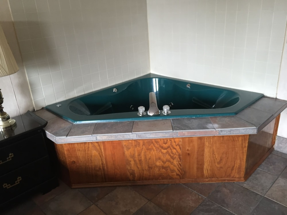 Jetted Tub, Highway Inn