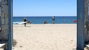 Vlak bij het strand, wit zand, windsurfen, kajakken