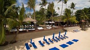 海灘、小屋 (收費)、躺椅、太陽傘