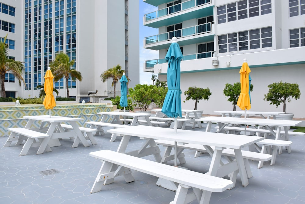 Outdoor Dining, Seacoast Suites on Miami Beach