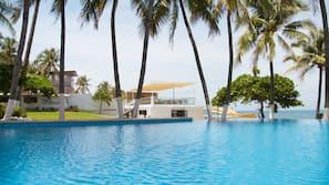 4 outdoor pools, an infinity pool, pool umbrellas, sun loungers