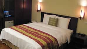 Down comforters, in-room safe, desk, cribs/infant beds