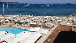 Playa privada, arena blanca y bar en la playa