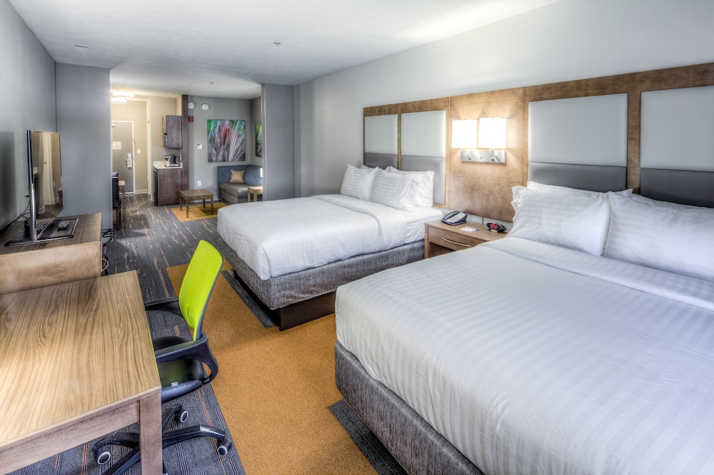 Room, Holiday Inn Express & Suites Cleveland West - Westlake, an IHG Hotel